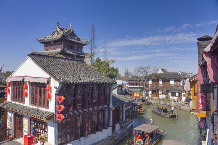 Den gamle kanalby Zhujiajiao. Byens historie rækker ca. 1700 år tilbage – længe inden der var noget som helst af Shanghai. Zhujiajiao ligger i det lavlandede område med mange søer og vandløb mellem Suzhou og Shanghai. Byen er gennemskåret af kanaler, som bragte velstand til byen gennem tekstilproduktion og risdyrkning.