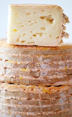 Le livarot est un fromage à base de lait de vache, à pâte molle à croûte lavée, originaire de la commune de Livarot (Normandie)