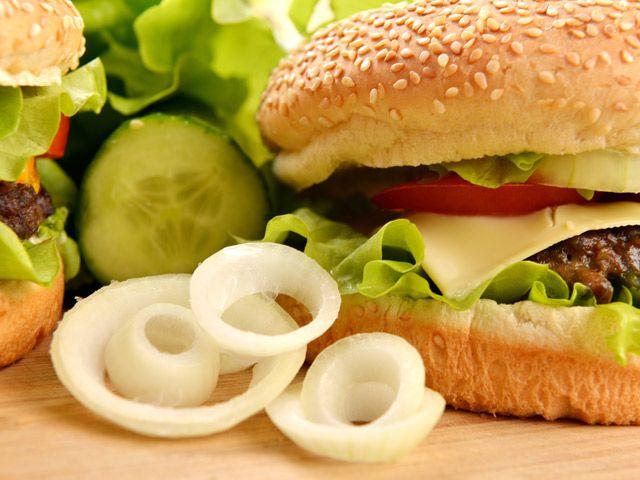 IDEE PER HAMBURGER FATTI IN CASA - Prendi il panino più amato del mondo, scegli i tuoi condimenti preferiti e aggiungi un pizzico di fantasia. Il risultato? Una cena sana, originale e, soprattutto, veloce da preparare.  In un periodo in cui è bello godersi tutto il calore domestico con famiglia e amici, ecco alcune creative ricette veloci per hamburger da leccarsi i baffi.