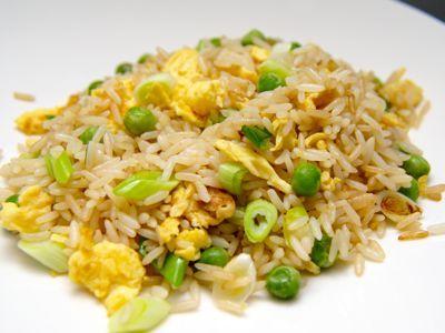 Deze gebakken rijst met doperwten is een basis gerecht die bij een Chinese maaltijd niet zou mogen ontbreken. Wil je deze rijst als hoofd maaltijd gebruiken voeg er dan nog extra ei, ham, kip of garnalen toe.