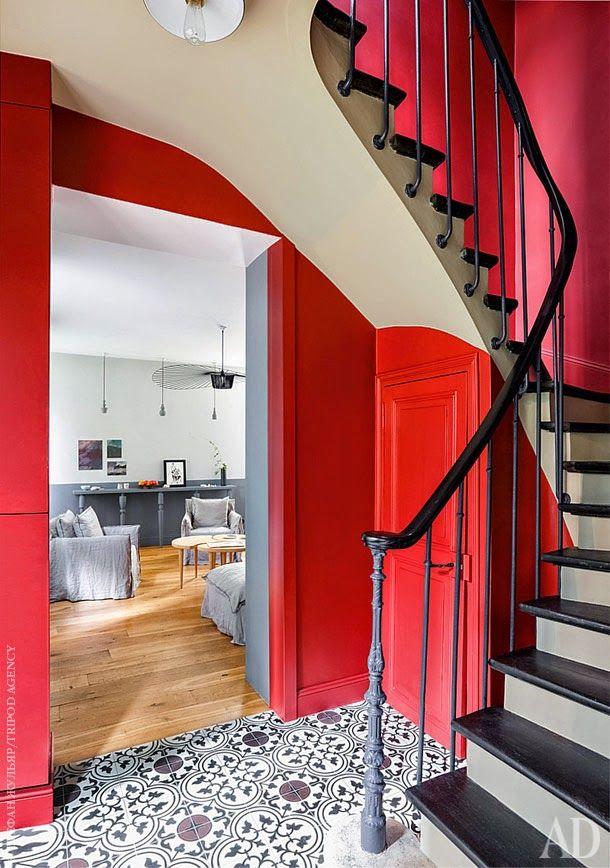 Gris et rouge autour d'un escalier à Paris