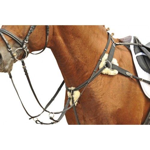 Super aangenaam borsttuig voor uw paard. Dit borsttuig is gemaakt van kwaliteits leer en is voorzien van ingenaaid elastiek voor meer bewegingsvrijheid. De martingaal is afneembaar. De drukpunten van het borsttuig zijn zacht onderlegd met lamsvacht, om schuurplekken tegen te gaan. Het lamswol is afneembaar door middel ban klittenband, hierdoor is deze gemakkelijk te reinigen.