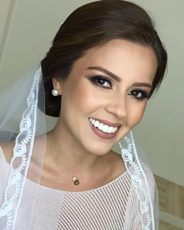 Maquillaje y Estilismo novia para su sesión de fotos post-Boda con @josepabonfotografia ✨@jessiguerrerot  Acá use el dorado que les mostré por snap y que recomiendo para fotografía  cumple un papel espectacular en fotografía y quise aprovecharlo en los ojos de Jessica ✨ #makeupbymarielramirez #venezuela #novia #bride #wedding #weddingday
