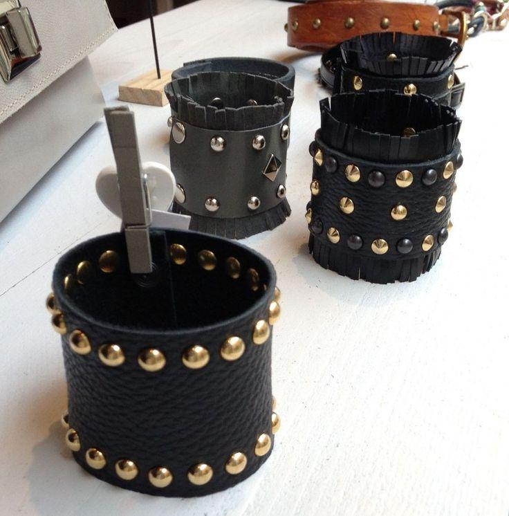 Bracciali in pelle con borchie fatti a mano