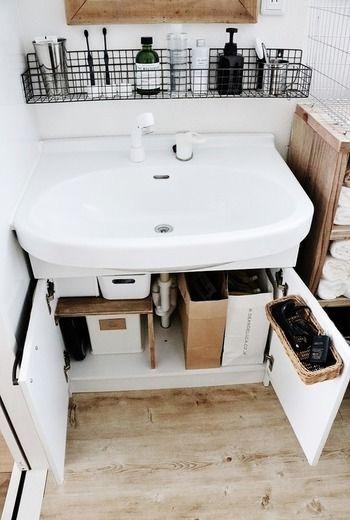 水道の配管や限られたスペースなど…。意外と収納が難しい洗面台下には、「棚」を設置すると縦のスペースも有効活用できます。ちなみにこちらのL字棚は、ブロガーさんのハンドメイド!セリアの木板で手作りされたそうですが、上段・下段にケースを置けるので、とっても使いやすそうですね。洗剤や柔軟剤のストックにはペーパーバッグを活用すると、見た目もスッキリとお洒落に収納できます♪