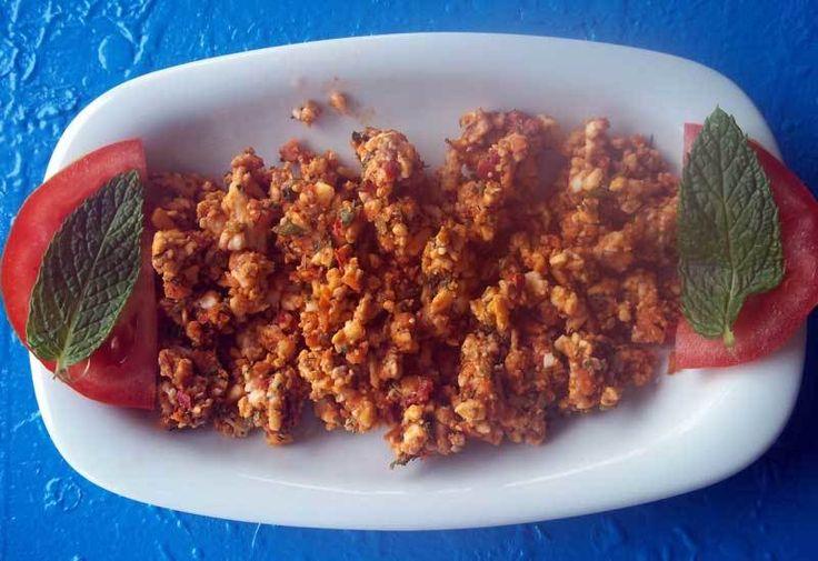 Girit Ezme  -  Dilek Erol #yemekmutfak.com Girit ezmesi 3 farklı cins peynir ve ceviz içi ile yapılan çok lezzetli bir mezedir. Özellikle rakının ve balığın yanına yakışan bu mezeyi, közlenmiş bibere sararak da hazırlayabilirsiniz. Hafta sonu kahvaltıları için de yapabileceğiniz bir tariftir.