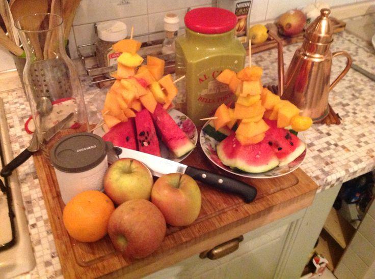 Cena con fette di anguria e spiedini di pesca e melone con purea di mele e succo d'arancia con spolverata di zucchero di canna e cannella! Slurp!