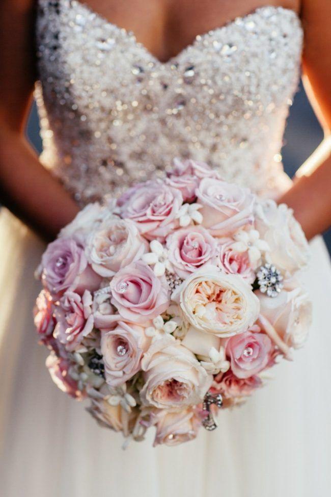 brautstrauß glamour-rosen-rosa-weiss-glitzersteine-brautkleid