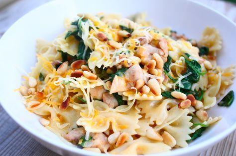 Een van de lekkerste recepten met vlinderpasta. Deze uitvoering met kippendijen, pimenton, spinazie, limoen en room is een echt comfort food recept.