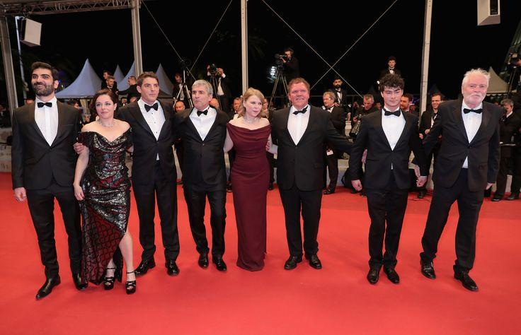 A esta actriz francesa no le importó mostrar, literalmente, todo cuando se divertía con sus compañeros de reparto en la alfombra roja del festival.