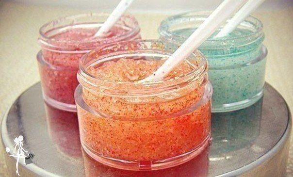 СКРАБ для ТЕЛА: 2 стакана сахара (или соли). ½ стакана геля для душа, ¼ стакана масла для увлажнения (оливковое, детское увлажняющее масло, можно добавить витамин Е). Смешай все составляющие до пастообразного состояния. По консистенции скраб должен напоминать мокрый песок на пляже. Применяй скраб 1-2 р в неделю. Аккуратно протри смесью кожу – не надо тереть с ожесточением.  Хорошо смой все теплой водой Промокни кожу полотенцем Нанеси увлажняющий крем.