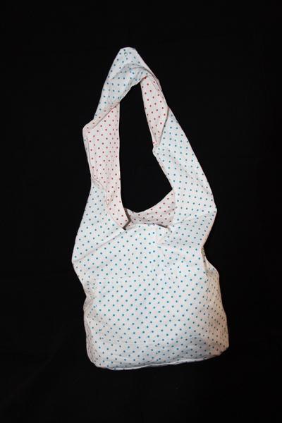 Diese Hippie-Tasche in weiß-blau und weiß-rot gepunktet besteht aus 100% Baumwolle und wurde von mir genäht. Sie hat Seitentaschen die unterteilt s...