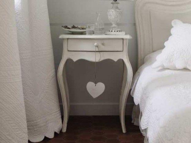 Comodino romantico - Comodino dal sapore retrò per arredare una camera da letto romantica.