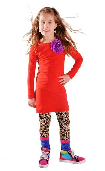 Liefdevol rood jurkje met lange mouwen. Voorzien van twee drukkertjes bij de hals, zodat je de jurk zelf kan personaliseren en past bij elke gelegenheid. Elke keer weer opnieuw!