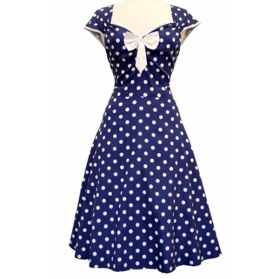 Lady V London Isabella Navy Polka Šaty ve stylu 50. let. Nádherné šaty ve stylu retro z londýnské módní dílny, které vás uchvátí svým provedením. Krásná barva navy tvoří podklad s bílým puntíkem a prvky jako jsou lemy kolem rukávků a krásně řešeného výstřihu, kouzelná mašle jako třešnička na dortu (lze oddělat a připevnit na jiné místo na šatech nebo do vlasů). Projmutý střih s typicky rozšířenou sukní bezvadně sedí, příjemný materiál (97% bavlna, 3% elastan). Pro dokonalý a bohatý objem…