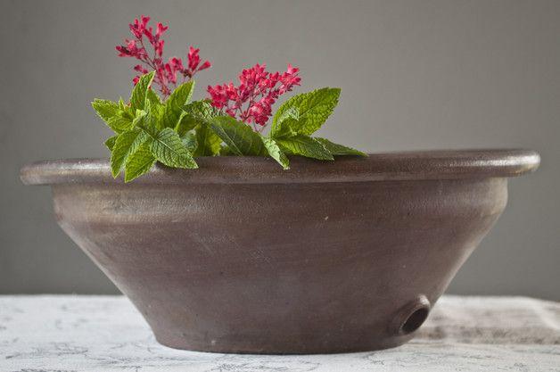 Piękna ludowa misa ceramiczna z otworem w dnie.  Idealna  do dekoracji vintage.  Wymiary: wysokość 14 cm, średnica 34 cm