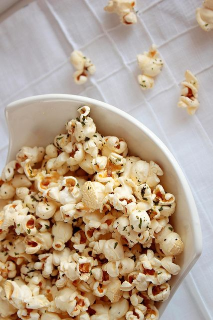 italian breadstick popcorn: basil, parsley, garlic salt and olive oil - bet this is amazing!
