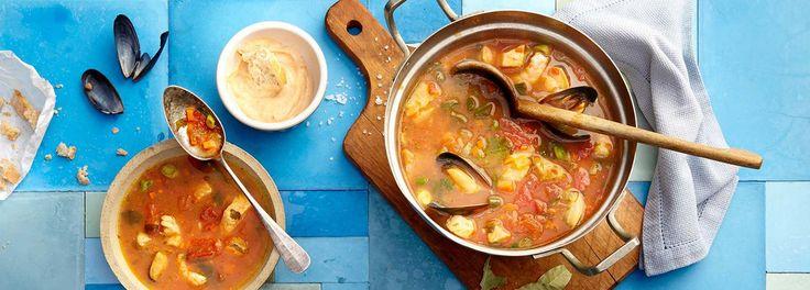 Frische Möhren, Tomaten und Safran - Wir zaubern unsere französische Fischsuppe (Bouillabaisse) nur mit den besten Zutaten! Probieren Sie das REWE-Rezept gleich aus »