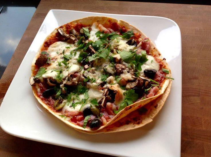 Pizza Airfryer maken in 7 minuten in je Airfryer Mocht je dit een leuk recept vinden dan mag je hem natuurlijk delen!!!! Wanneer je nou een keer weinig tijd hebt om te koken dan zou je wel eens dit recept kunnen maken in je Airfryer. Je koopt een pak medium wraps en legt deze vol met tomatensaus, tomaten, olijven, mozzarella, ham, salami en geraspte kaas. Bak deze 7 minuten op 160 graden op de grillpan van je Airfryer en je hebt een Pizza di Minute. Je mag stapelen en met meerdere lagen…