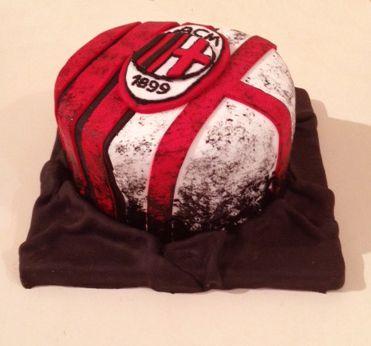 tarta de red velvet y chocolate negro con crema suiza de mascarpone para que por dentro sea también blanca, roja y negra, los colores del equipo de su dueño!