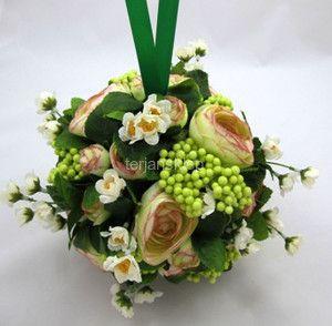 Piękna kula z sztucznych kwiatów. Zamierzam zawiesić ją na końcówce karnisza. Dostępna w sklepie internetowym z sztucznymi kwiatami i dodatkami florystycznymi terjan.
