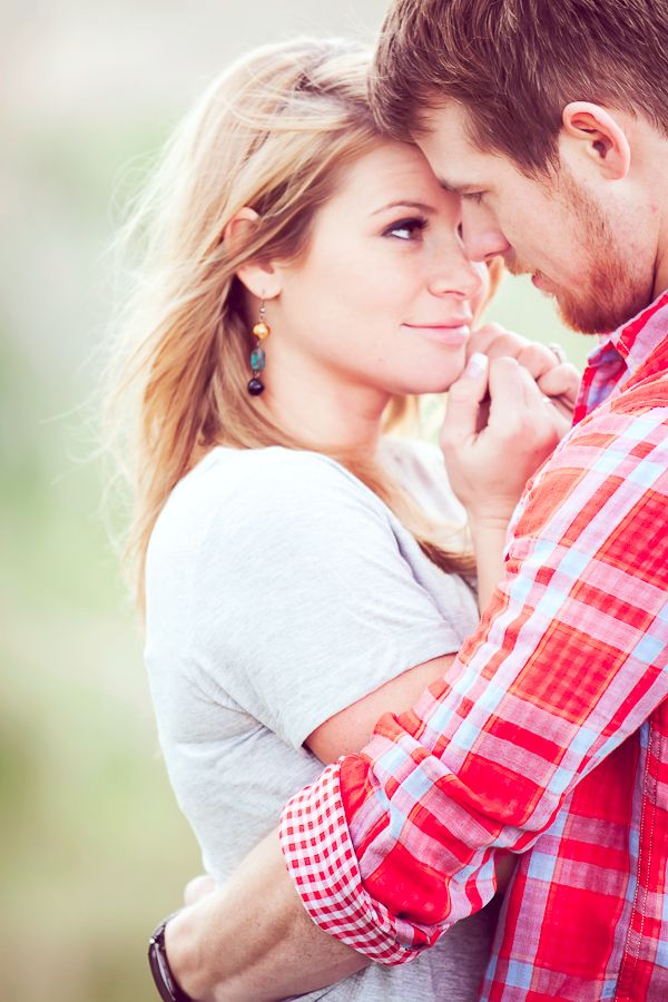 Love this pose | Looking at each other | Couples and engagements photography | Photo idea | Outside session