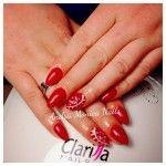 Monocolore rosso e perline bianche: ottima idea per le feste Natalizie