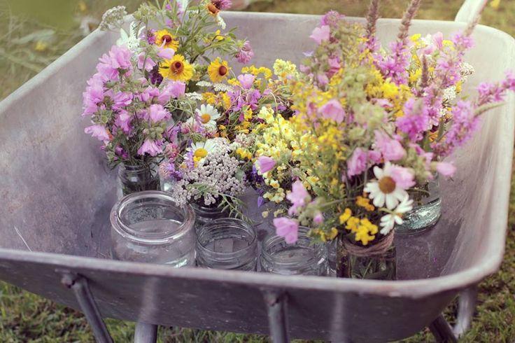 Blomster på utsiden av festlokalet. En idé er å holde basen ren, men fokusere på blomstene. Det blir ikke mer sommer enn dette :) Av Susanne Moseid Olsen