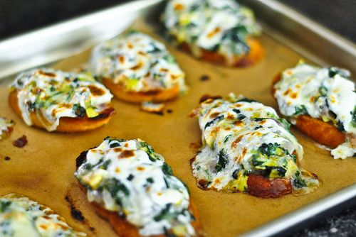 Spinach Artichoke Toasts: Artichokes Crostini, Ummmm Yum, Toast Sounds, Artichokes Toast, Toast Yum, Spinach Artichokes, Artichokes Dips, Sounds Yummy, Holidays Appetizers