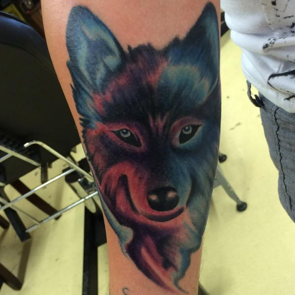 Bunte Wolfskopf Tattoo auf dem Arm