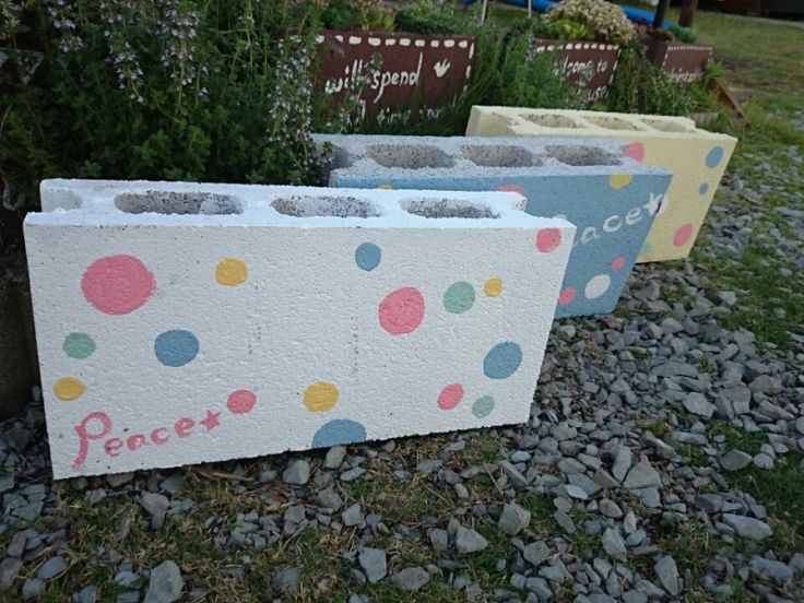 こちらは委託先の『Peace☆』さんに納品するコンクリブロック鉢  以前からコンクリブロックを頼まれていて  『Peace☆らしい色合いにしたいな』って  思いめぐらせて出来ました♪ お店と委託先とイベントに向けて|*コツコツ♪トントン♪木工雑貨*