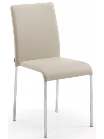 Incanta la linea semplice e pulita, elegante e instancabile. E' molto comoda con lo schienale alto. Una sedia forte e robusta con gambe in acciaio cromato e seduta e schienale rivestiti in ecopelle da scegliere nei colori: beige, bianco, nero o cioccolato. Meravigliosa nel soggiorno, raffinata in cucina e preziosa nello studio.