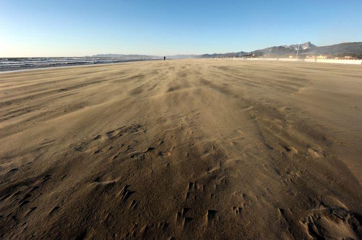 Nikon D700 - 16 mm Nikkor f/4 - 1/320 sec. f/11 ISO-200 - spiaggia di Forte dei Marmi - Tempesta di maestrale del 06/01/2012 ore 15:39 #guidofrilli