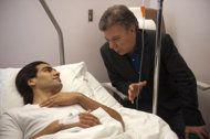 El presidente de Colomobia, Juan Manuel Santos, derecha, visita al jugador de la selección colombiana y del Mónaco, Radamel Falcao, tras la ...