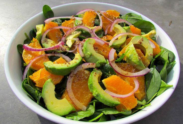 Sostanziosa ma leggera, colorata e profumata, l'insalata di arance e avocado è un piatto unico perfetto per un pasto veloce ma gustoso.