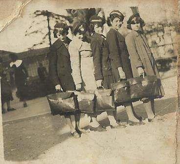 İstanbul Kız Lisesi öğrencileri (1937) #istanlook #nostalji #birzamanlar  Kaynak: Feyza Biket Aile Albümü