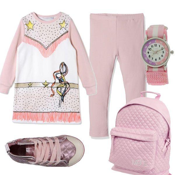 Un outfit comodo per una giornata da trascorrere a scuola. Vestito in felpa con stampe e leggings leggeri rosa. Scarpa alta sportiva con lacci in raso. Zainetto in poliestere e orologio rosa e bianco con chiusura in velcro.