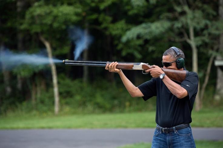 Obama che spara: La foto con Obama che fa tiro a segno con un fucile è diventata virale. Un repubblicano ha sfidato il presidente per verificarne la mira, i democratici lo accusano di scendere a patti con la potente lobby delle armi  - www.thereport.it