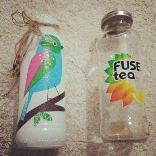 cam içecek şişesi üzeri peçete dekupajla süslenerek dekoratif bir hava kat…