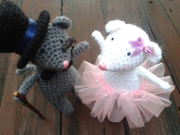 Free Amigurimi Pattern: Adorable wedding mice. The mouse top hat is too cute!
