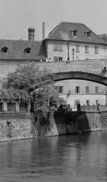 Oblouk Karlova mostu a Čertovka (5419-2) • Praha, červenec 1967 •   černobílá fotografie, slunce, letní den, Karlův most, Čertovka  • black and white photograph, Prague 