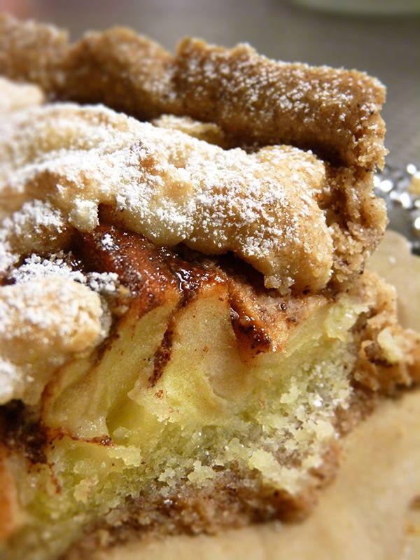 Recept på Äppelkaka Med Kanel. Enkelt och gott. Det här receptet ger en mycket god äppelkaka med mördegsbotten och smak av kanel. Dessutom innehåller den en kräm på mandelmassa och ägg, vilket ger en härlig ton av mandel, utan att bli för sött. Både fyllningen och mördegsskalet smaksätts av kanel, vilket verkligen lyfter hela bakverket till skyarna. Det är ganska många moment, men följ bara beskrivningen så går det som en dans!