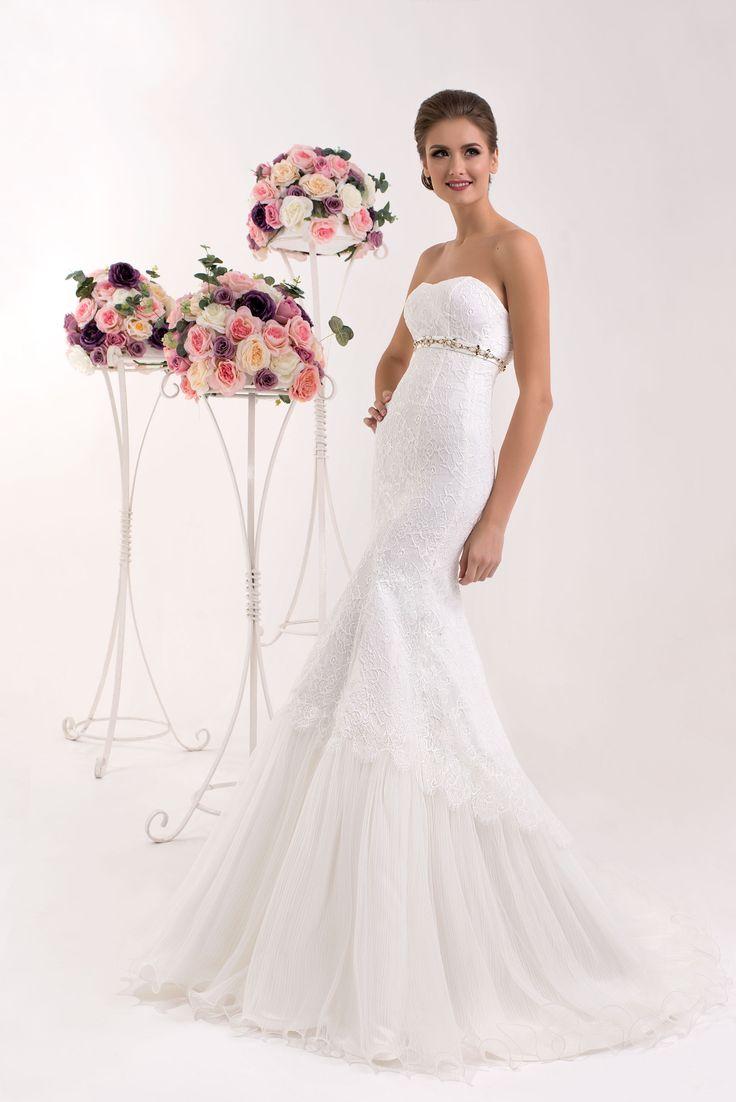 Krásne čipkované svadobné šaty bez ramienok v štýle morská panna