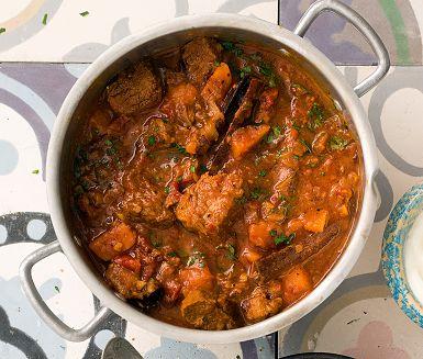 Bjud på en riktig smakkavalkad med denna lättlagade marockanska gryta som du gör på lammgrytbitar, morot, katrinplommon, kanelstänger, lagerblad och spiskummin. Laga gärna grytan dagen före så smakerna hinner mogna ordentligt.