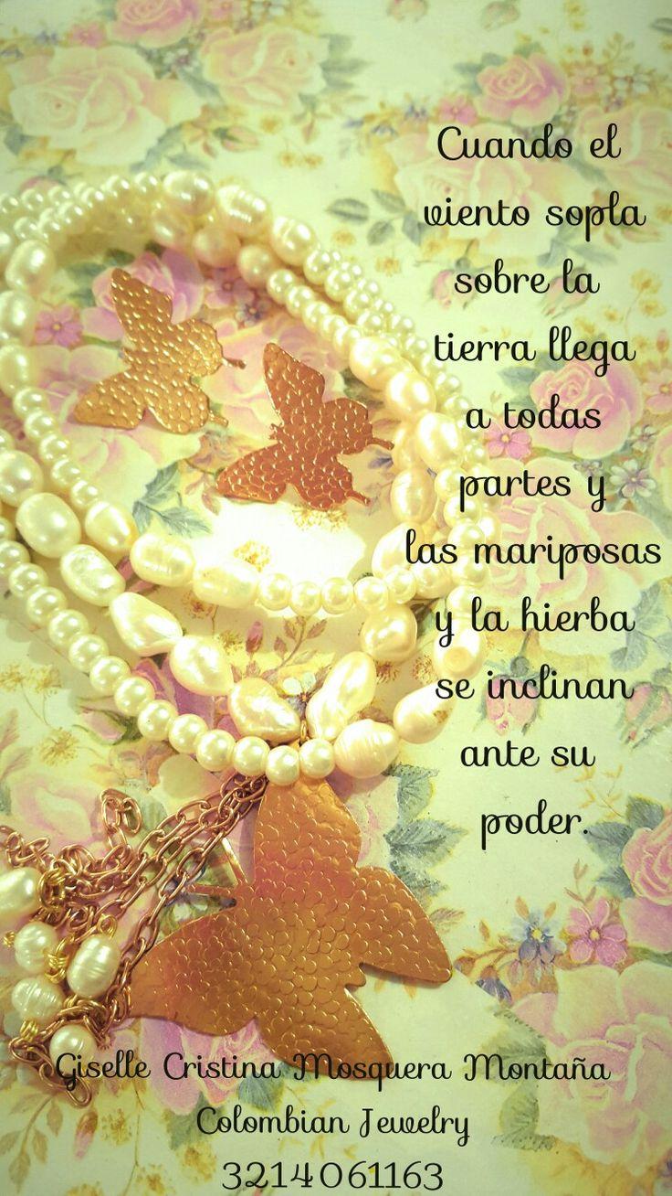 Collar en Perlas de aguita dulce, dijes mariposas martilladas enchape en oro.
