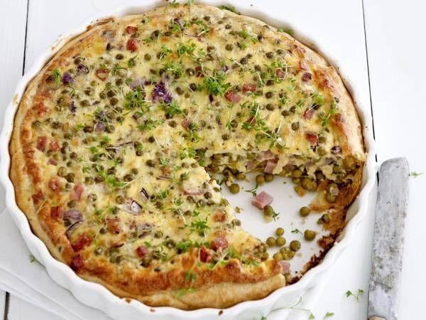 Dit recept is voor: 4-6 personen Aantal kcal: ca. 675 p.p.  Zo maak je het! Verwarm de oven voor tot 200 ºC. Bekleed de vorm met het deeg.  Verhit in een koekenpan de olie. Fruit de ui. Schep er de erwten en de hamblokjes door en verdeel over de deegbodem. Meng de eieren, de crème fraîche, de kaas en zout en peper naar smaak. Schenk over de vulling.  Bak de quiche in de voorverwarmde oven in 35 min. gaar. Strooi er de tuinkers over. Tip Lekker met een frisse bladsalade.