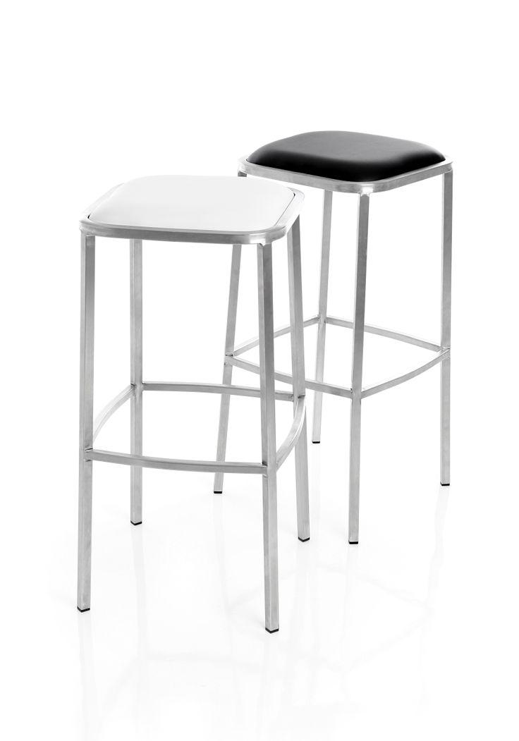 Boxer - Barstol i fast höjd. Sits i vit eller svart konstläder och underrede i mattborstat stål. Barstolen är stapelbar.