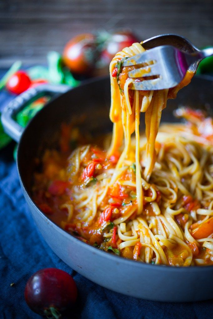 Feasting at Home| Spaghetti with Fresh Tomato Sauce and Basil - quick, flavorful and healthy. Can be made in 20 mins flat!