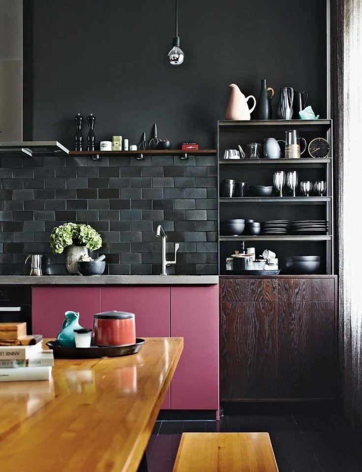 cuisine noire et bois murs en noir parement murale en fausses briques table