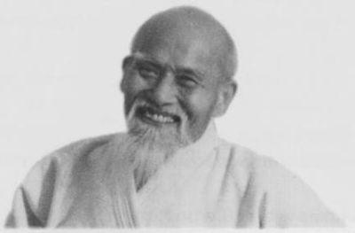 Aikido wurde vom Begründer in mehreren Stufen von harter Kampftechnik (Aikijutsu) über Aiki-Budo bis hin zur Friedenskunst entwickelt.